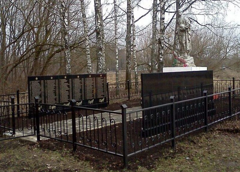 д. Пригоры Рославльского р-на. Мемориал, установленный на братской могиле, в которой похоронено 285 советских воинов при освобождении района.
