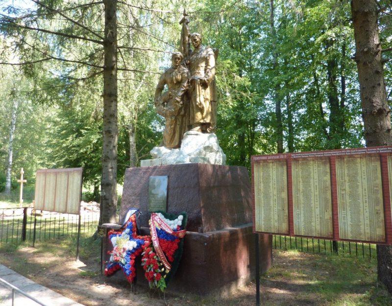с. Баскаковка Угранского р-на. Памятник у железнодорожного переезда, установленный на братской могиле, в которой похоронено 716 советских воинов.
