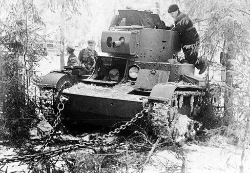 Финские солдаты готовятся к буксировке захваченного советского огнемета танка ОТ-130. 1939 г.