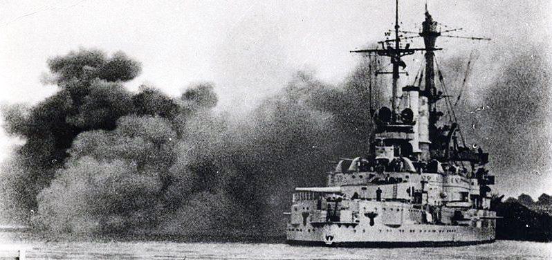 Немецкий линкор «Шлезвиг-Гольштейн» во время обстрела польского гарнизона Вестерплатте в Данциге. 1 сентября 1939 г.