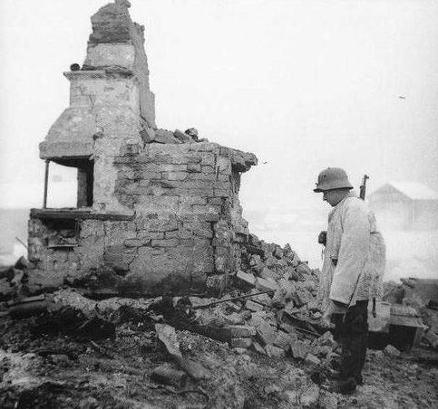 Финский солдат на руинах своего дома в Тайпале на Карельском перешейке. 1939 г.