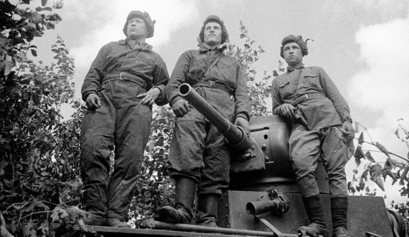 Экипаж советского танка Т-26 на броне своей машины. 1941 г.