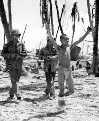Пленный японский солдат на атолле Тарава. Ноябрь 1943 г.