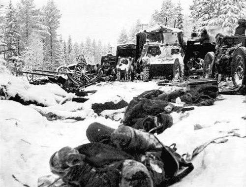 Колонна уничтоженной советской техники 44-й пехотной дивизии на дороге Раате-Суомуссалми. 8 января 1940 г.