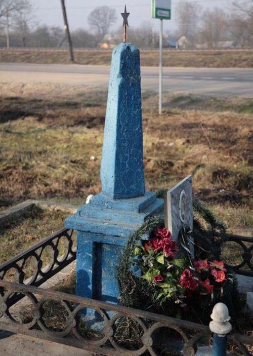 с. Остер Рославльского р-на. Обелиск, установленный на братской могиле советских воинов.