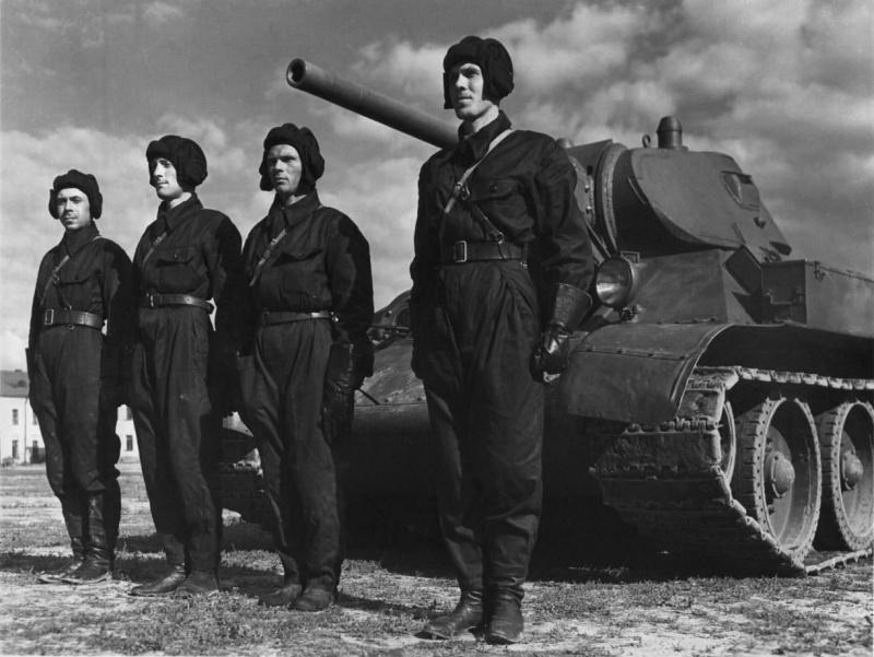 Экипаж «тридцатьчетвёрки» рядом с танком. 1941 г.