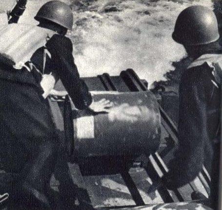 Сброс глубинных бомб в Финском заливе. 1941 г.