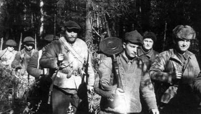 Псковские партизаны отправляются на задание. 1941 г.
