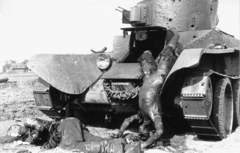 Сгоревшие советские танкисты легкого танка БТ-2. Деревня Романищи, Белоруссия. 21 июля 1941 г.