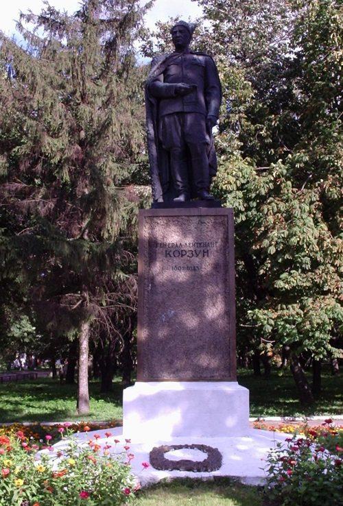 г. Гадяч. Памятник генерал-лейтенанту Корзуну погибшему в р-не Гадяча.