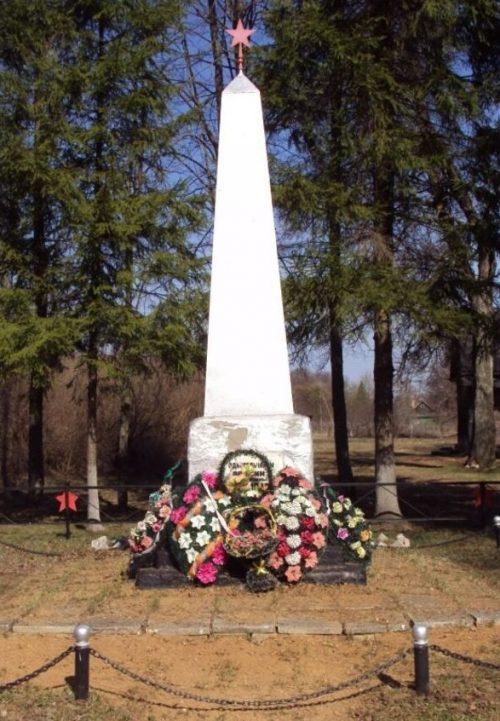 д. Буда Угранского р-на. Памятник, установленный на братской могиле советских воинов, погибших в 1943 году.