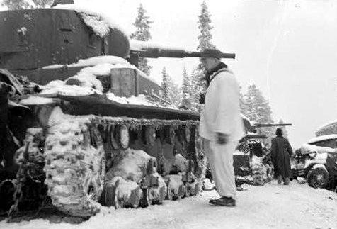 Финский солдат возле уничтоженной танковой колонны советской 44-й дивизии у Рэйт-роуд. Январь 1940 г.