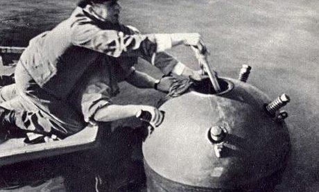 Обезвреживание мины. 1941 г.