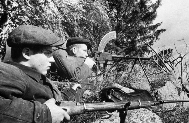 Партизаны Псковской области в засаде. 1941 г.