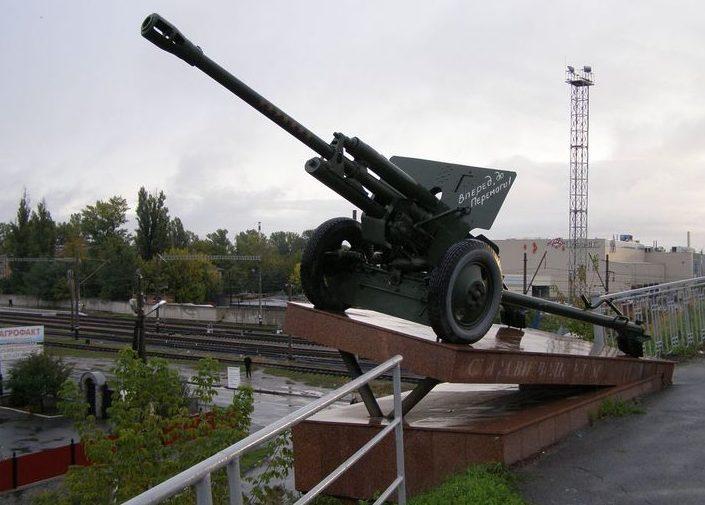 г. Полтава. Пушки-памятники, установленные по улице Бирюзова в 2003 году, принимавшее участие в освобождении Полтавы. Памятник расположен на путепроводе возле железнодорожного вокзала «Полтава-Киевская».