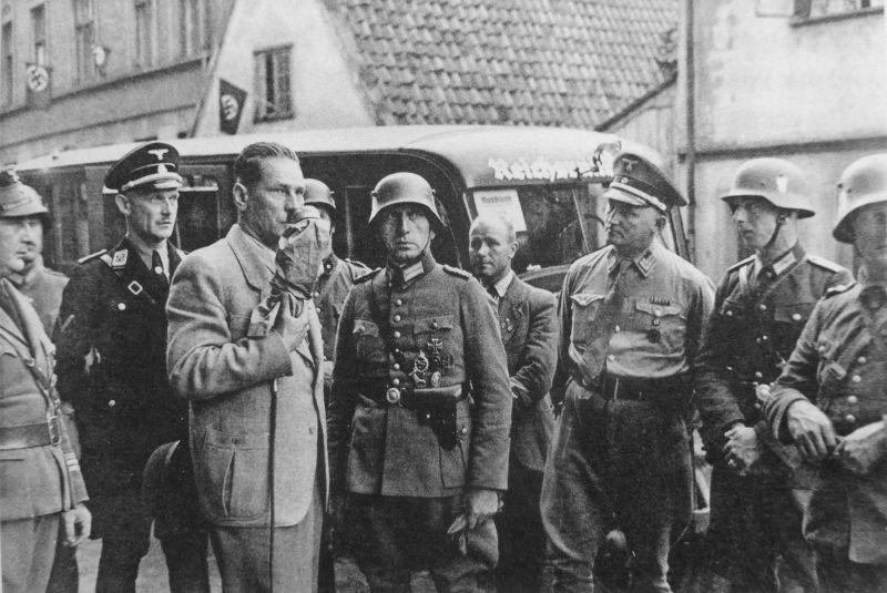 Переводчик обращается к полякам-защитникам почтамта в Данциге после безуспешных попыток взять здание штурмом. 1 сентября 1939 г.