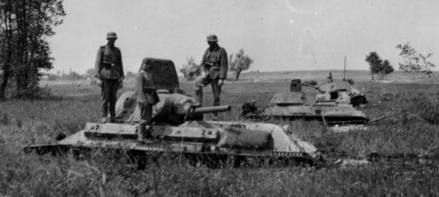 Т-34, застрявшие в торфе у города Немирова. Июль 1941 г.
