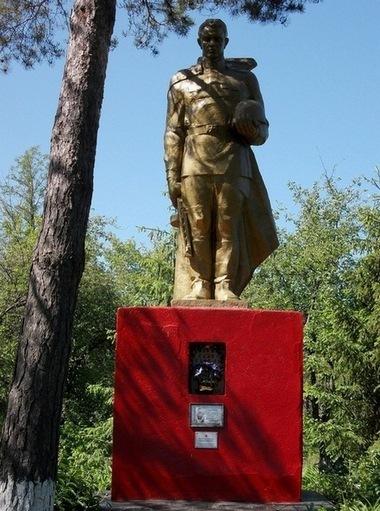 с. Глубокая Долина Гадячского р-на. Памятник, установленный на братской могиле, в которой похоронено 47 советских воинов, в т.ч. 30 неизвестных.
