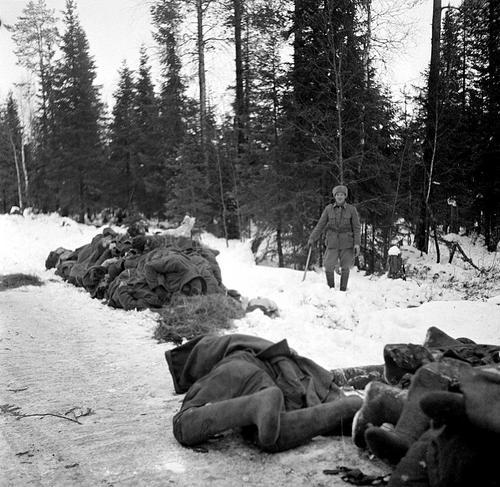 Тела красноармейцев, сложенные в кучу у дороги в Суомуссалми. Январь 1940 г.