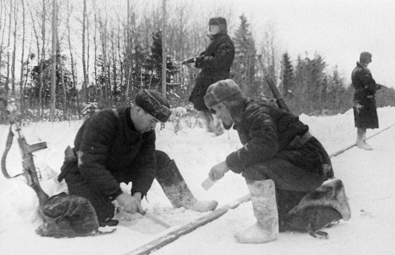 Партизаны занимают оборону во дворе Наро-Фоминской прядильной фабрики. Декабрь 1941 г.