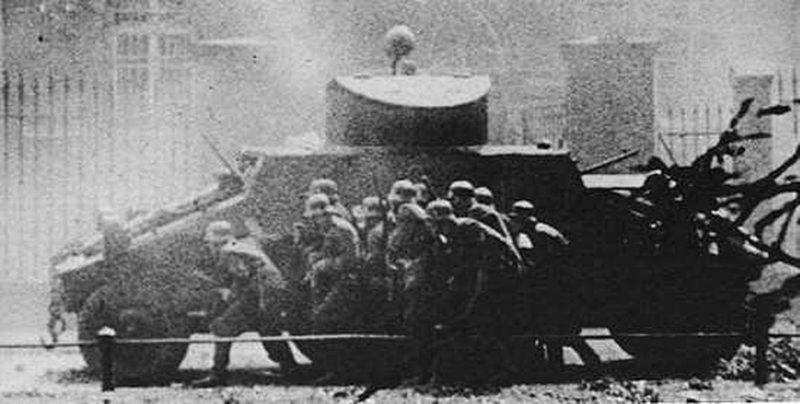 Немецкая штурмовая группа под прикрытием бронеавтомобиля ADGZ идёт на приступ польского главпочтамта в Данциге. 2 сентября 1939 г.