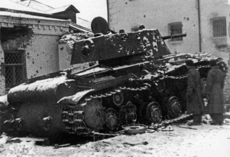 Подбитый у тюрьмы города Венев танк КВ-1. Ноябрь 1941 г.