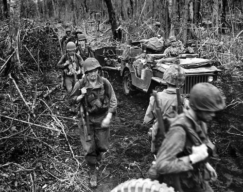 Морские пехотинцы на мысе Глостер острова Новая Британия. Январь 1944 г.