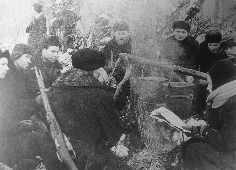 Бойцы партизанского отряда Уваровского района на привале. Февраль 1942 г.