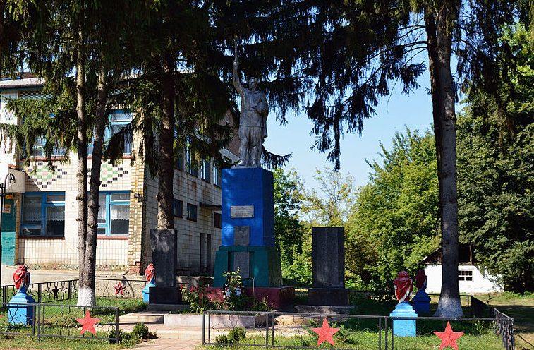 с. Красная Лука Гадячского р-на. Памятник, установленный в 1958 году на братской могиле советских воинов, среди которых Герой Советского Союза В.В.Овсянников. Здесь же находятся мемориальные плиты с именами погибших односельчан.