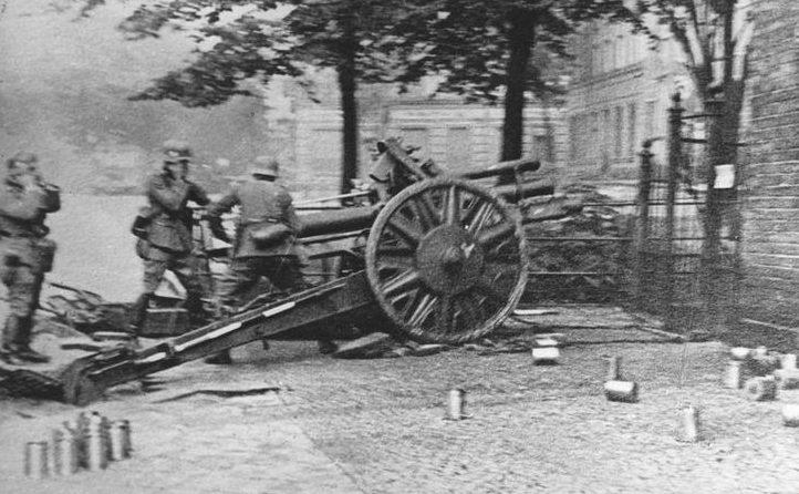 Расчёт немецкой 105-мм гаубицы LeFH 18 ведёт огонь по зданию польского главпочтамта в Данциге. 2 сентября 1939 г.