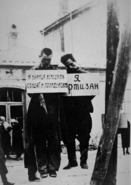 Советские партизаны Трофим Апанасевич и Николай Дробиленко повешенные в Феодосии. 8 марта 1942 г.
