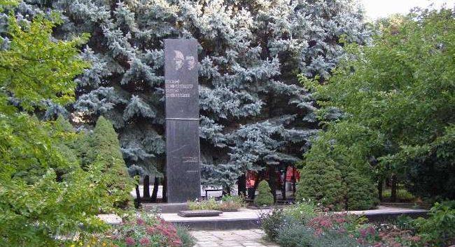 г. Полтава. Памятник на территории Полтавской государственной аграрной академии по улице Сковороды 1/3, установленный в 1970 году в честь погибших сотрудников и студентам сельскохозяйственного института.