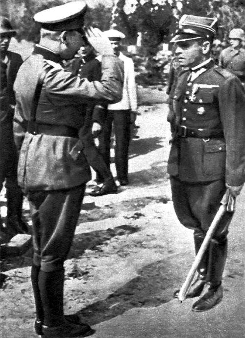 Фридрих Эберхардт и Хенрик Сучарски во время капитуляции гарнизона Вестерплатте. 7 сентября 1939 г.