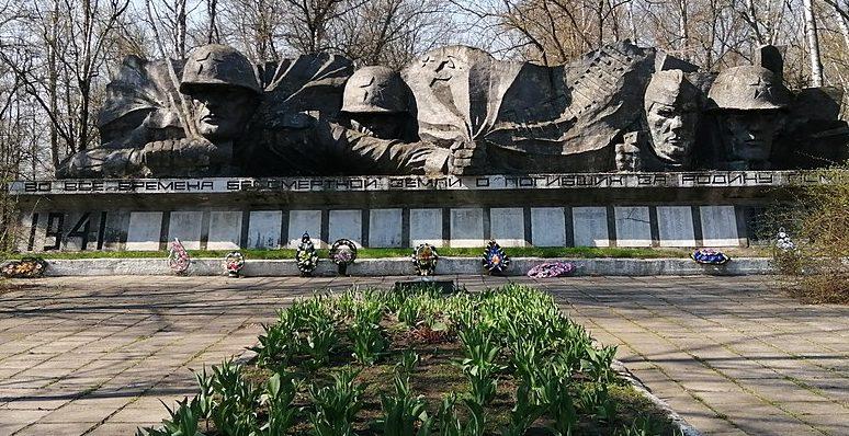 с. Лютенька Гадячского р-на. Братская могила участников установления советской власти, жертв фашизма, советских воинов. Здесь же находятся мемориальные плиты с именами погибших односельчан.