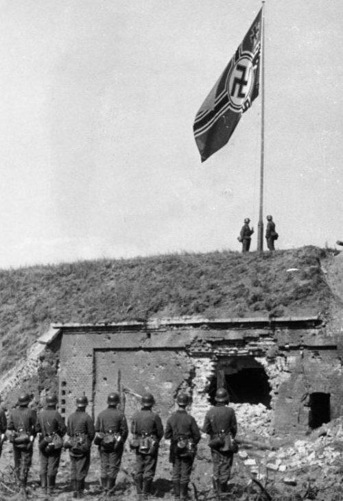 Немецкий флаг на Вестерплатте после его захвата. 8 сентября 1939 г.