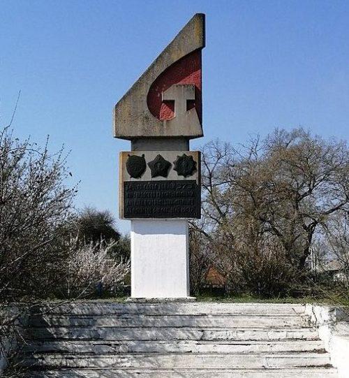 с. Лютенька Гадячского р-на. Монумент солдатской Славы, установленный в 1974 году в честь воинов 373 Миргородской Краснознаменной дивизии, которая освободила село.