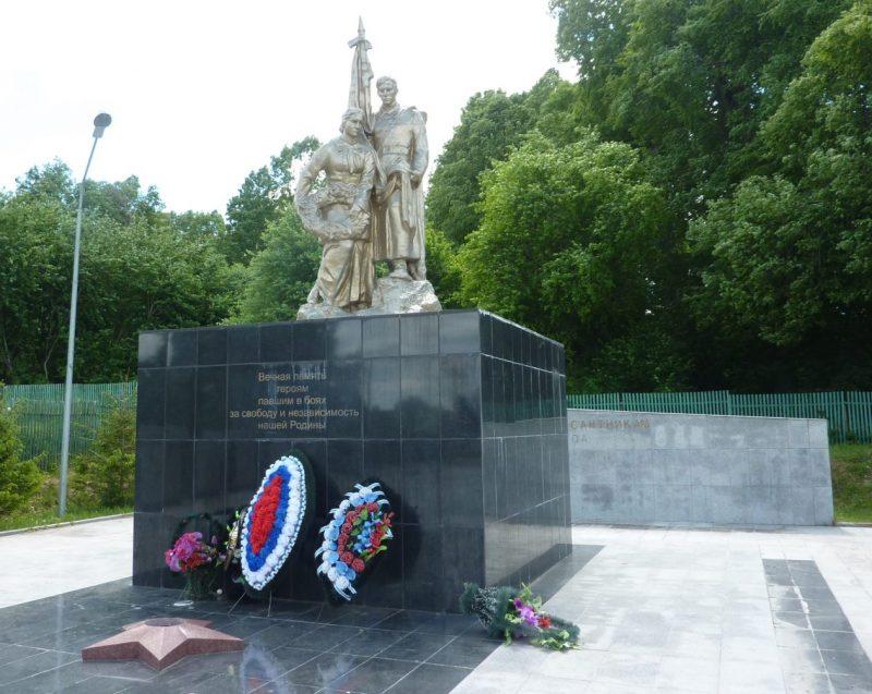 д. Желанья Угранского р-на. Памятник, установленный на братской могиле, в которой похоронено 1508 воинов-десантников 4-го воздушно-десантного корпуса, погибшим в годы войны.
