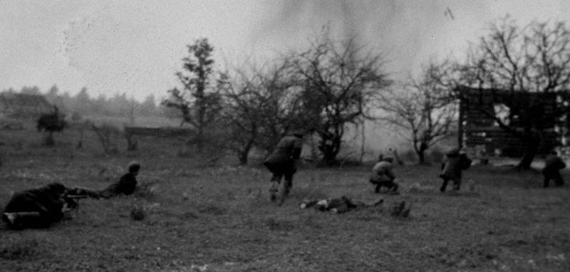 Партизаны в бою в деревне Сертолово. Ленинградская область. Август 1942 г.