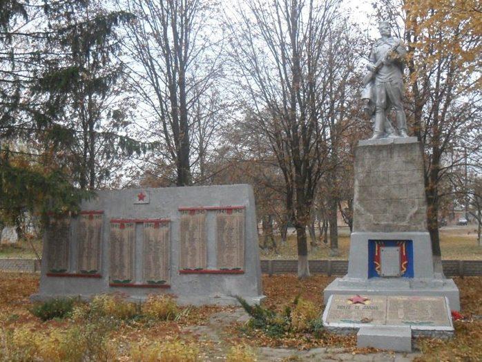 с. Мартыновка Гадячского р-на. Братская могила советских воинов. Здесь же находятся мемориальные плиты с именами погибших односельчан.