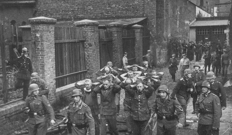 Пленные польские офицеры и солдаты после битвы за Вестерплатте. 9 сентября 1939 г.
