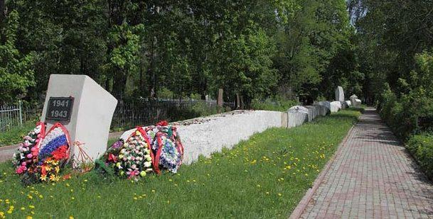 Братская могила жертв концлагеря.