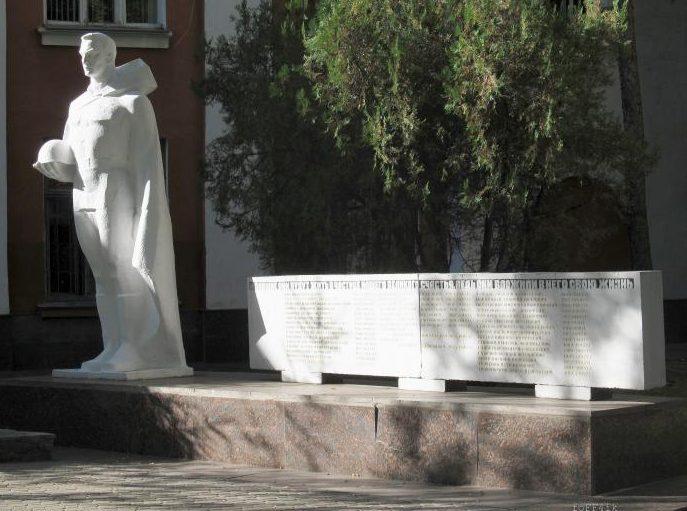 г. Полтава. Памятник на площади Павленковской, установленный в 1977 году в честь рабочих турбомеханического завода, погибших в годы войны. Автор - Левин Л.П.