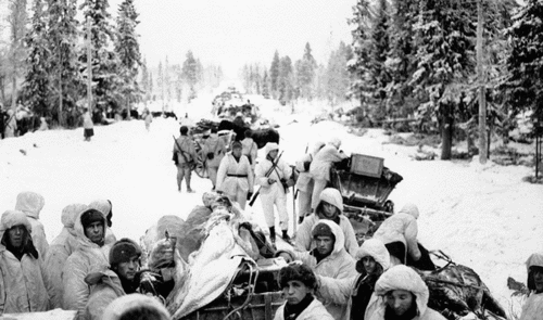 Финские солдаты проверяют захваченные трофеи на дороге Раате. Январь 1940 г.