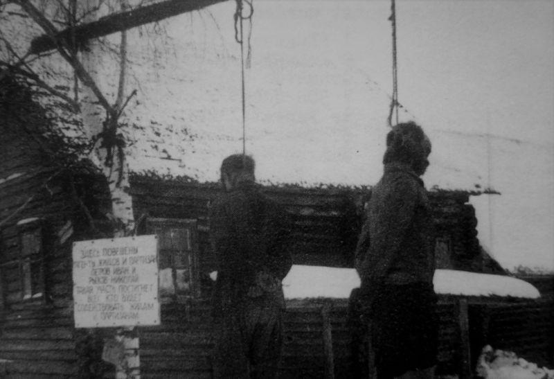 Партизаны Иван Петров и Николай Рыжов, повешенные в деревне Краснодарского края. Декабрь 1942 г.