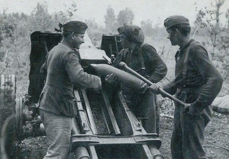 Немецкий расчет 150-мм пехотного орудия. 1942 г.