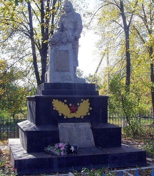 г. Полтава п. Крутой Берег. Памятник, установленный на братской могиле, в которой похоронено 28 советских воинов, в т.ч. 19 неизвестных.