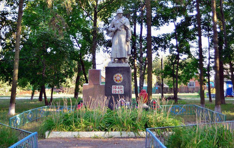с. Плишивец Гадячского р-на. Памятник, установленный в 1961 году на братской могиле советских воинов.