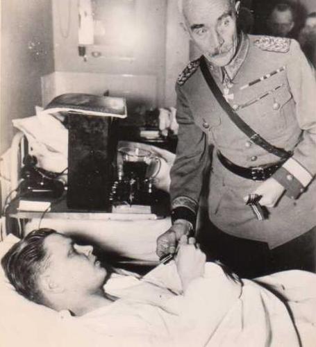 Раненый солдат получает Крест от помощника генерала-майора Маннергейма Мартина Ветцера. 24 февраля 1940 г.