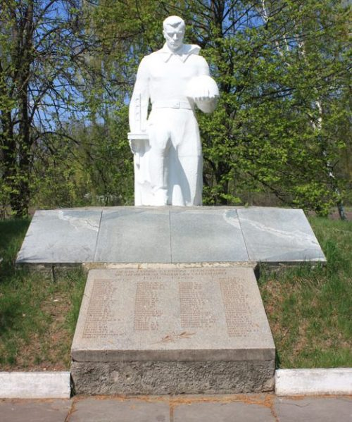 г. Полтава п. Яковцы. Памятник, установленный в 1973 году в честь воинов, погибшим в годы войны.