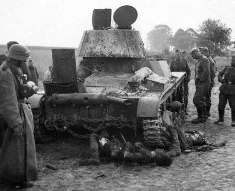 Погибшие советские танкисты с легкого танка Т-26. 1941 г.